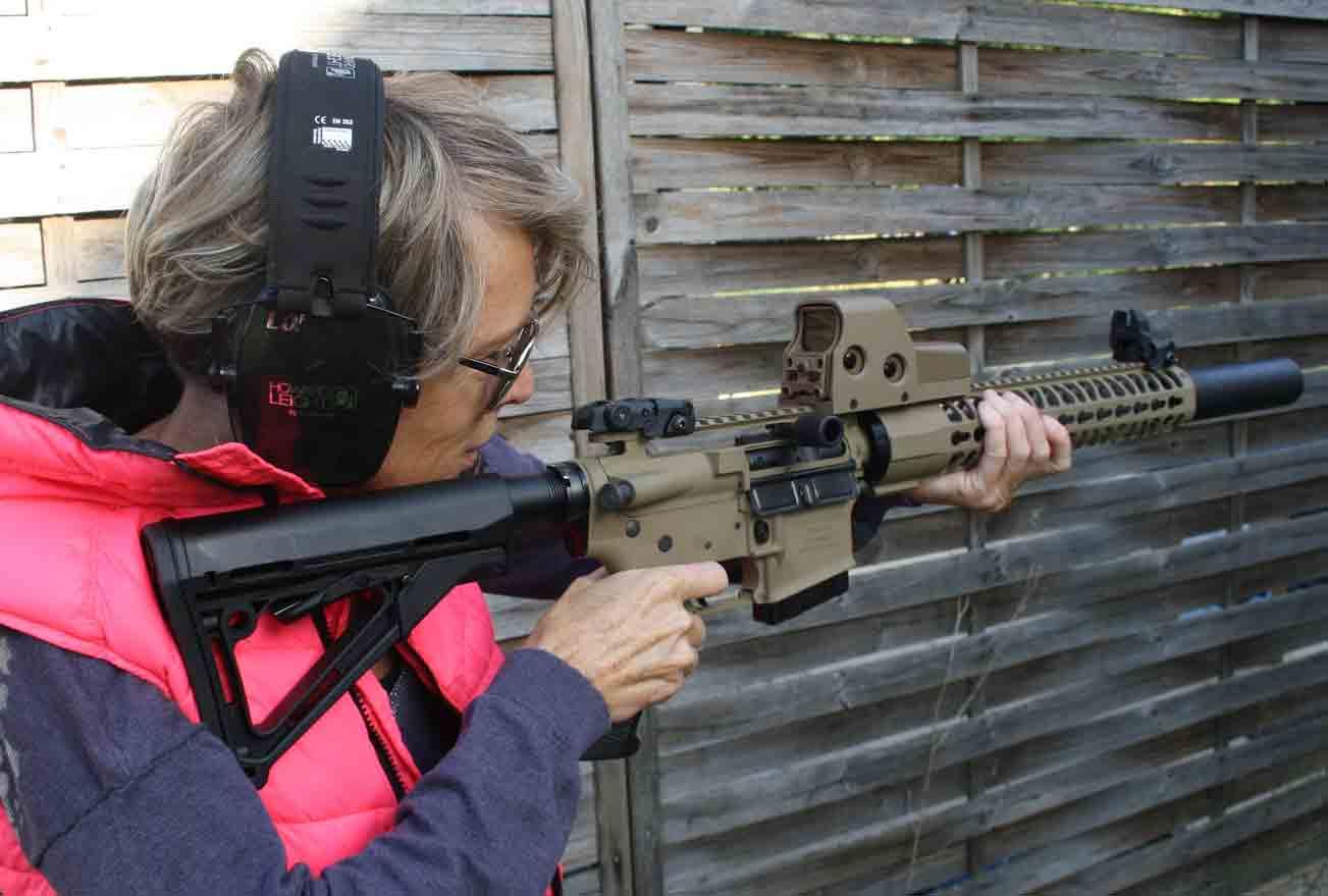 le tir au féminin Séance de tir avec un RA15 fabriqué par RDS Industrie